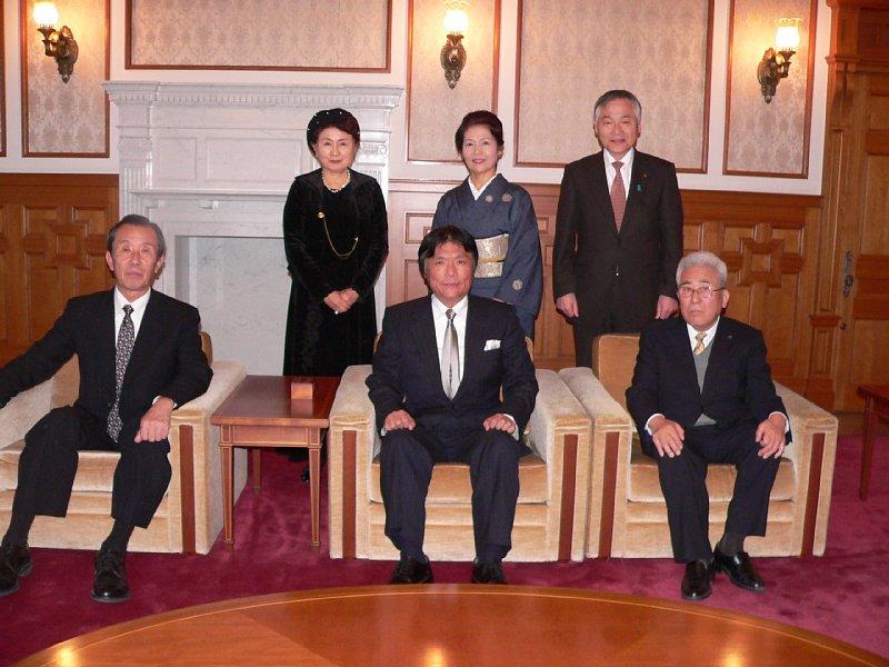 http://fukuoka.goyu.jp/%E5%B0%8F%E5%B7%9D%E7%9C%8C%E7%9F%A5%E4%BA%8B%E5%B9%B4%E9%A0%AD%E6%8C%A8%E6%8B%B6.JPG