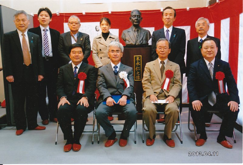 http://fukuoka.goyu.jp/%E6%9C%AB%E6%B0%B8%E8%83%B8%E5%83%8F%E3%81%A8%E5%BC%8F%E5%85%B8%E5%8F%82%E5%8A%A0%E8%80%85.jpg