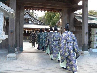 祈願祭のため拝殿に入る神官.JPG