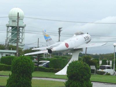 ④PX前のF-86Fと気象レーダ.jpg